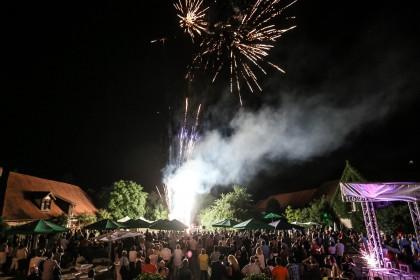 Das Abschluss des Schlossfestes war ein atemberaubendes Feuerwerk - 300 Jahre Schloss Hemhofen (c) Michael Ammon 2015